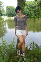 gray H&M shirt - beige noname shorts - beige Primark shoes - red purse
