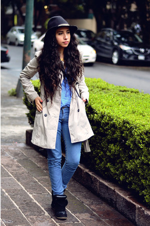 beige trench Zara coat - sky blue skinny Levis jeans - black floppy hat Zara hat