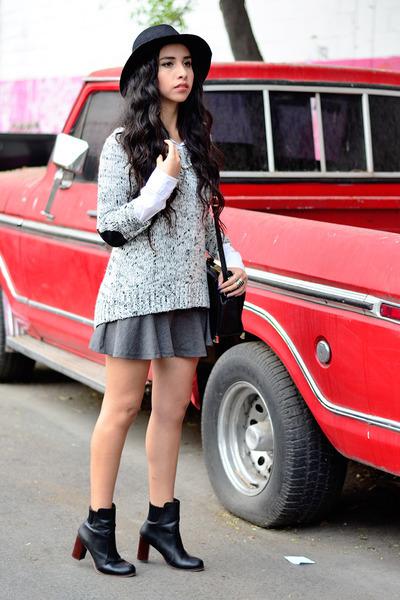 gray knit Sfera sweater - black ankle boots Zara boots - black hat Zara hat
