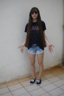 Black-ray-ban-sunglasses-black-t-shirt-black-keds-sneakers