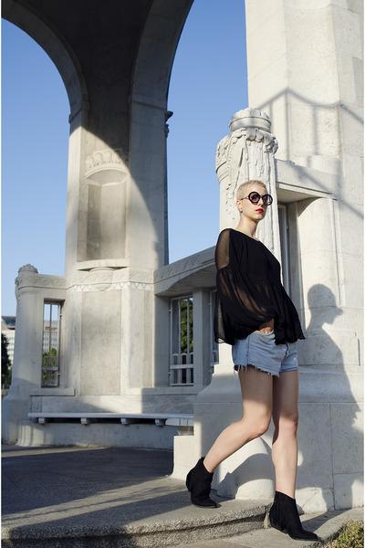 Ami Club Wear boots - Levis shorts - Zara blouse