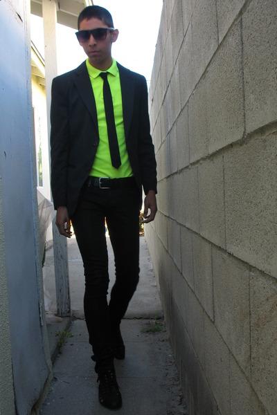 Yellow dress shirt with black tie