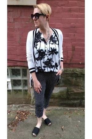 white sleeveless kensie shirt - black printed joggers Philosophy pants