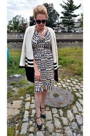 black mary janes Nine West heels - ivory shift dvf dress