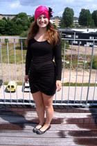 black samse samse dress - hot pink gifted Evita Peroni hat - black Stylesnob fla