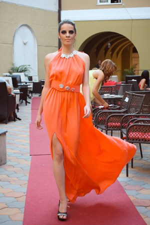 carrot orange bby dress - black heels