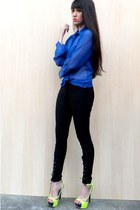 blue blouse - black Recruta pants - chartreuse Di Cristalli heels