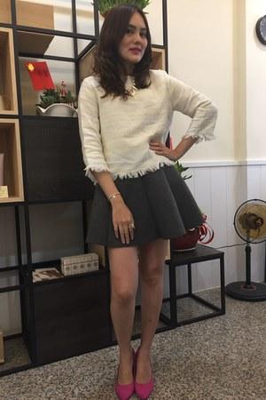 white knitted Zara top - heather gray skirt - silver bracelet - hot pink heels