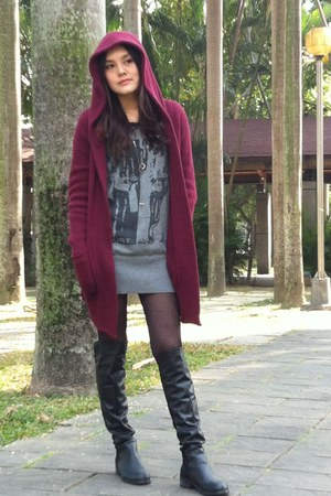brick red sweater - heather gray sweater - black boots - charcoal gray necklace
