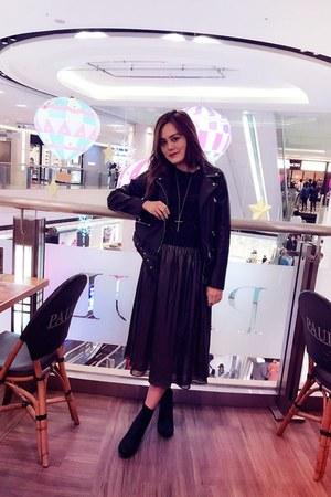 black heel boots - black leather Zara jacket - navy longchamp bag