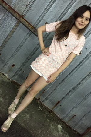 white shorts - neutral socks - peach top - eggshell heels - gold necklace