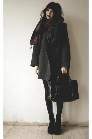 dark gray coat - crimson scarf - black bag