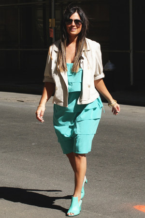 off white Daisy Fuentes blazer - aquamarine calvin klein dress