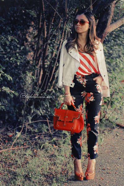 coral shirt - red sunglasses - black pants