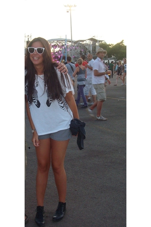 Ray Ban glasses - Topshop shorts - Topshop t-shirt - vintage boots - Gap jacket