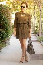 camel chevron vintage dress - wayfarer rayban sunglasses