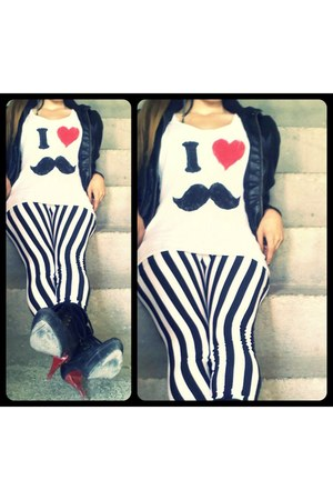 red mustache t-shirt - black stripes leggings