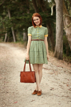 camel vintage shoes - green vintage dress - bronze thrifted bag