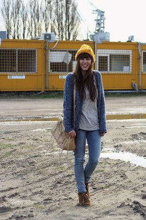 blue skinny Levis jeans - mustard beanie H&M hat