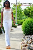 beige crochet finn and clover top - white denim curve Levis pants