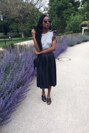 black etam skirt - silver magazelles t-shirt - black gemo sandals