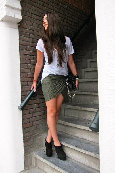 white Zara t-shirt - black platform ankle Steve Madden boots - black Zara purse