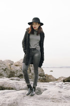 rain boots random brand boots - skinny jeans Uniqlo jeans