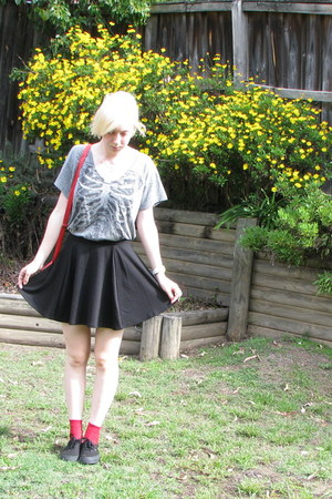 bag - red socks - heather gray t-shirt - black skirt - sneakers