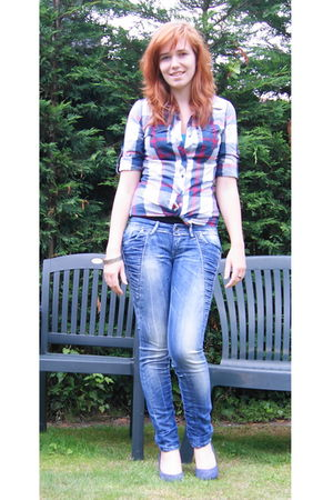 red blouse - blue salsa jeans - blue shoes