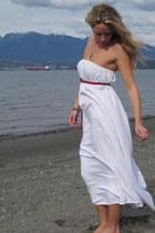 off white cotton Aida Coronado dress - red leather American Eagle belt