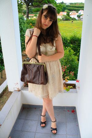 brown vintage bag - beige vintage dress - black sandals