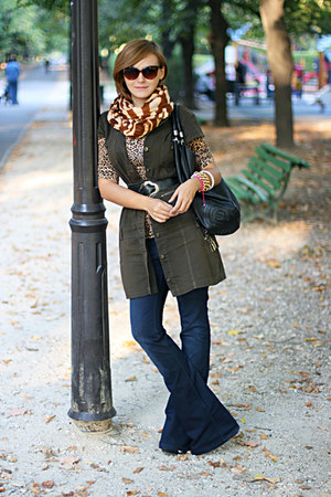 light brown leopard print H&M top - navy Stradivarius jeans