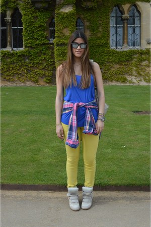 blue H&amp;M top - yellow GALLIANO jeans - hot pink hollister shirt