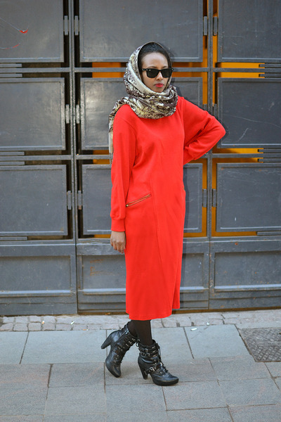 red vintage dress - black Nelly shoes