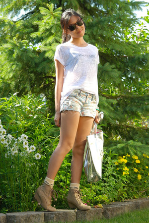 floral print Bluenotes shorts - Zara boots - Clinique bag