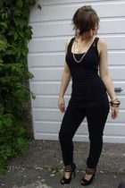 black top - gold necklace - black jeans - black shoes - gold bracelet