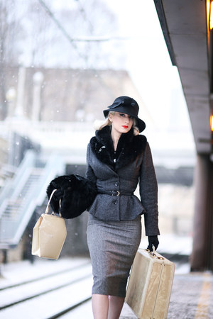 black 1930s unique vintage hat - black t strap Nine West pumps