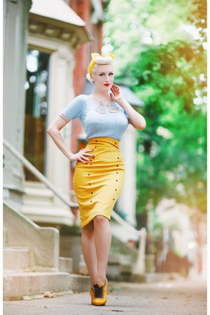 mustard oxford old heels - sky blue knit unique vintage sweater