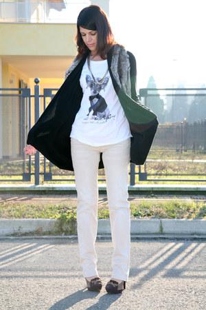 ivory Sisley jeans - gold metallic vintage necklace - white cotton xyzeta t-shir