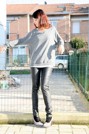 gray cotton ChiccaStyle sweater - black leather no brand pants - white viscose C