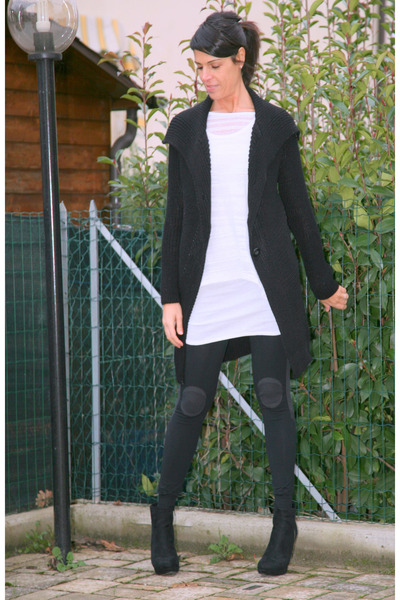 Black And White Yoga. lack ChiccaStyle coat - white