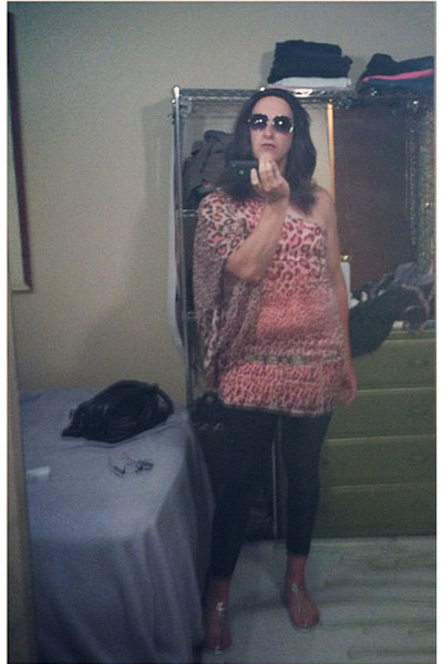 pink pink leopard top - black shiny leggings - light purple sunglasses