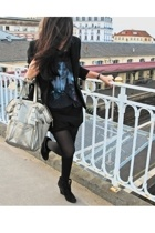 Secondhand blazer - Secondhand t-shirt - Zara skirt - Louboutin shoes - Yves Sai