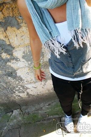 H&M vest - Bershka vest - H&M scarf - numph pants - Primark pumps