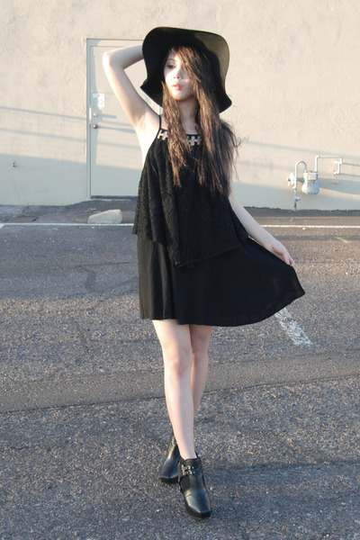 black sam edelman boots - black gypsy warrior dress - black shopakira hat