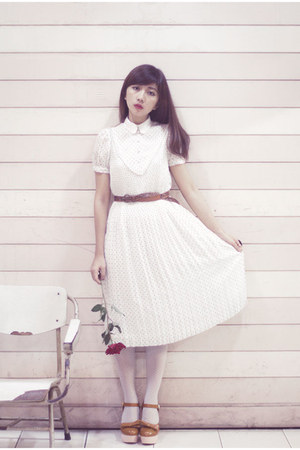 white pleated vintage dress - brown shoeisme shoes
