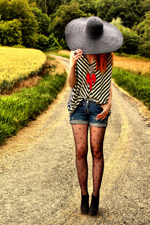 Levis shorts - H&M top - H&M wedges