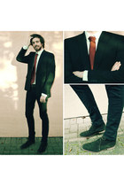 dark brown shoes - black skinny jeans jeans - black blazer - ruby red tie