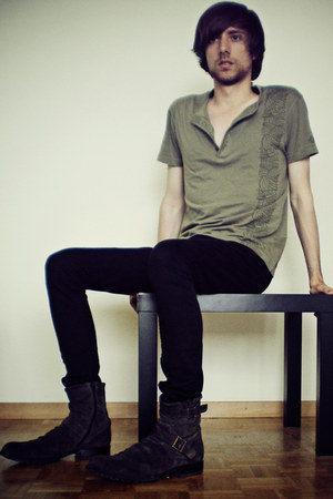 dark brown boots - black skinny jeans pull&bear jeans - dark khaki t-shirt