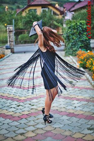 black coral dress - black sandals